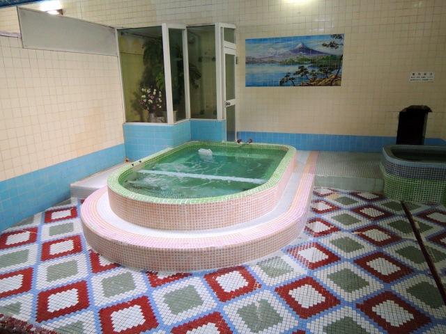 白浜温泉のタイル貼りの浴槽の様子