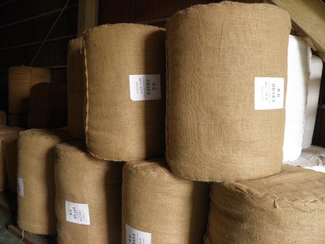 ぬかるみ防止のロールタイプマットはドラム缶の様な梱包スタイル