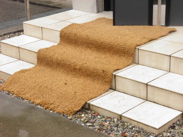 ぬかるみ、泥はね防止の天然素材ロールタイプマット、緩衝材や水のろ過材にも